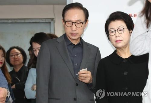 Vợ chồng cựu Tổng thống Lee Myung -bak. Ảnh: Yonhap