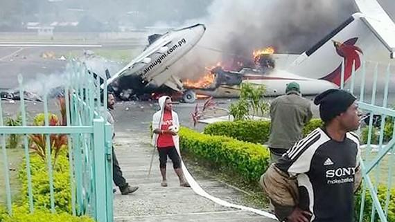 Máy bay chở khách của hãng hàng không quốc gia tại sân bay Mendi bị phá hủy tuần trước. Ảnh: Asia Pacific Report