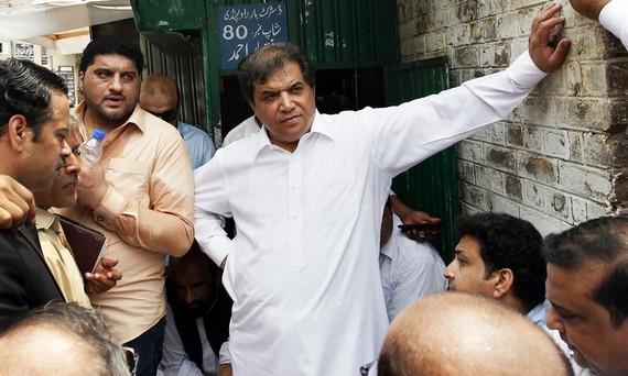 Ông Abbasi (đứng giữa) bị bắt giữ ngay sau khi tòa tuyên án lúc 23 giờ ngày 21-7