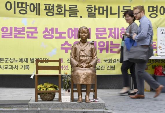 """Biểu tượng """"phụ nữ mua vui"""" gần Đại sứ quán Nhật Bản ở thủ đô Seoul, Hàn Quốc. Ảnh: Kyodo"""