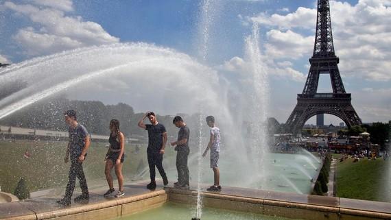 Tháp Eiffel ngày 1-8. Ảnh: AP