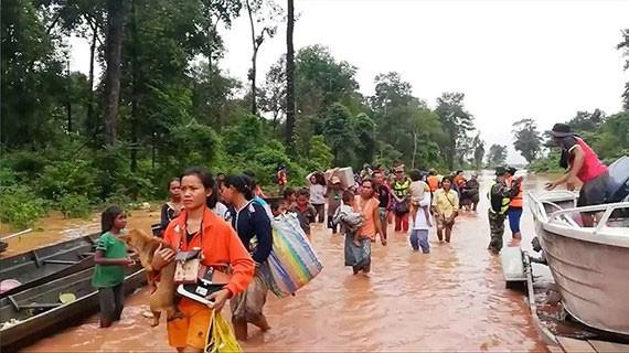 Chính phủ Lào vẫn đang hỗ trợ người dân trong khu vực bị ảnh hưởng. Ảnh: Reuters