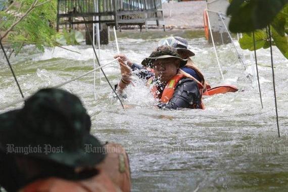 Lực lượng cứu hộ chuẩn bị cầu có dây thừng cho người dân sử dụng để băng qua những con đường bị nước lũ dâng cao do nước tràn từ đập Kaeng Krachan ở tỉnh Phetchaburi. Ảnh: BANGKOK POST