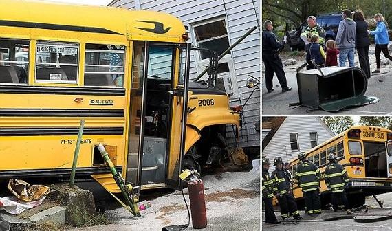 Hiện trường và chiếc xe buýt gặp nạn có giấu ma tuý. Ảnh : Singapore News Network