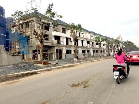 Một dự án nhà phố, biệt thự đang phát triển trên địa bàn quận 9. Ảnh: Minh Tuấn