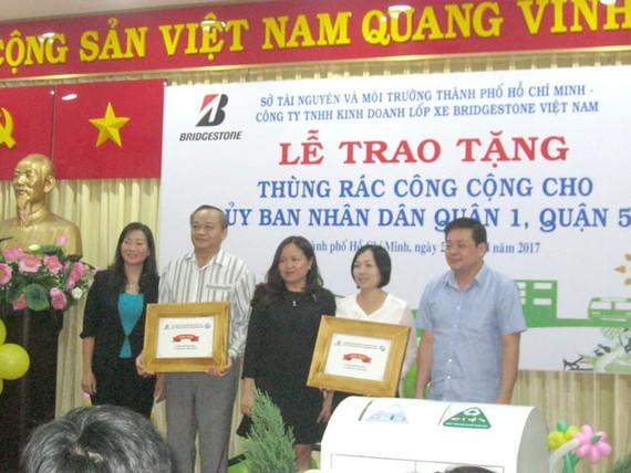 Tặng 1.300 thùng rác cho các quận huyện