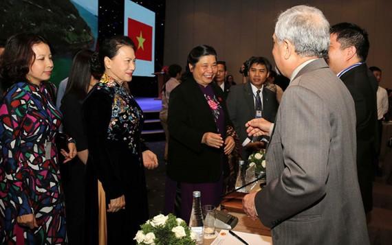 Chủ tịch Quốc hội Nguyễn Thị Kim Ngân, Phó chủ tịch Quốc hội Tòng Thị Phóng (thứ 2 và 3 từ trái qua) trao đổi với đại diện các nước tại Hội nghị IPU