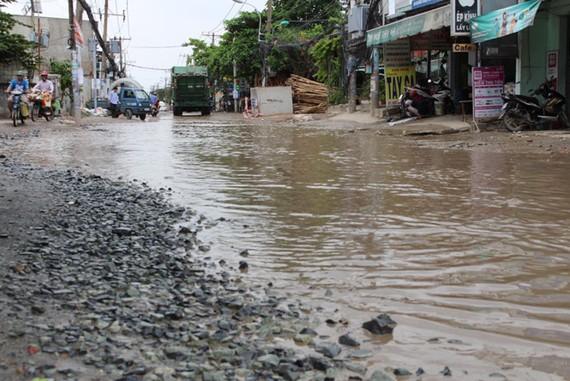 """Đoạn đường này nhiều năm nay vẫn trong tình trạng """" chưa mưa đã ngập"""""""