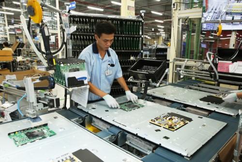 Công nhân trong nhà máy sản xuất TV Samsung tại TP.HCM