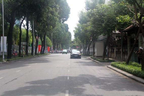 Đường Võ Thị Sáu đoạn gần vòng xoay công trường Dân Chủ (Q.3, TP.HCM) khang trang hơn sau khi được ngầm hóa lưới điện - Ảnh: QUANG KHẢI