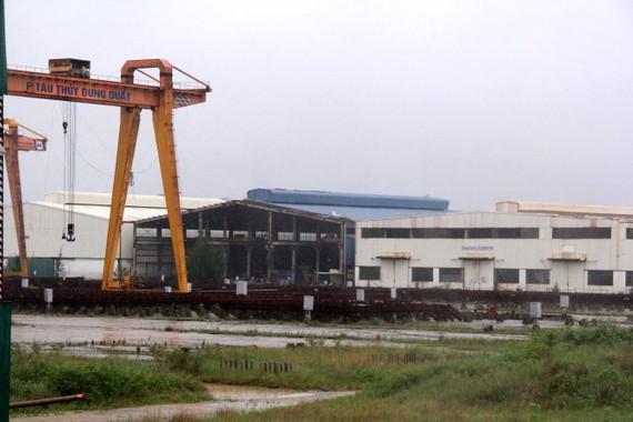 Nhiều phân xưởng của DQS giờ vắng lặng, cây cỏ mọc um tùm - Ảnh: Trần Mai