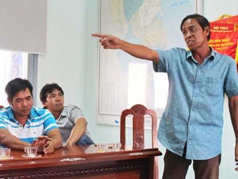 Ngư dân Trần Đình Sơn bức xúc đòi trả tàu cho công ty đóng tàu.