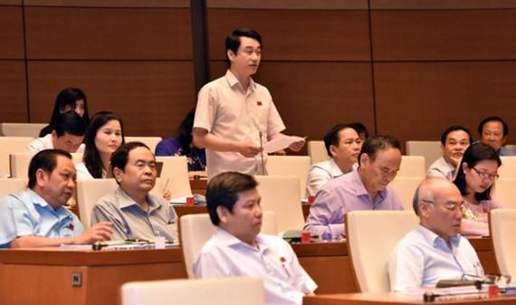 ĐB Lê Anh Tuấn (Hà Tĩnh) phát biểu thảo luận về dự án Luật Quản lý, sử dụng tài sản công Ảnh: LÃ ANH