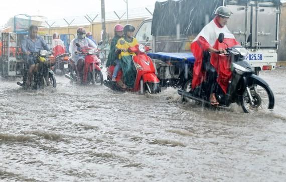 Đường Phạm Văn Bạch ngập lênh láng sau cơn mưaẢnh: THÀNH TRÍ