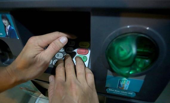 Chủ thẻ cần quan sát máy ATM có thiết bị lạ hay không trước khi thực hiện giao dịch