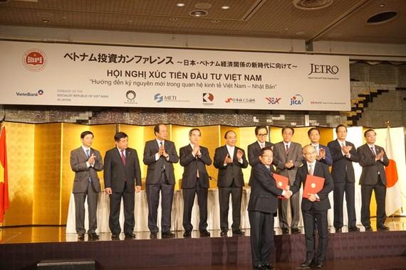 Chủ tịch Tập đoàn C.T Group ký kết với Quỹ đầu tư Real Cappital - Nhật Bản tại Tokyo với sự chứng kiến của Thủ tướng chính phủ Nguyễn Xuân Phúc