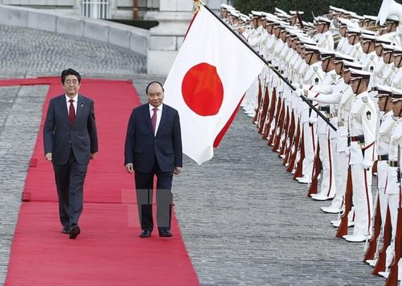 Thủ tướng Nhật Bản Shinzo Abe và Thủ tướng Nguyễn Xuân Phúc duyệt Đội danh dự tại Lễ đón chính thức.