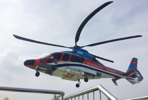 Trực thăng bay kiểm tra bãi đỗ trực thăng trên nóc tòa nhà Times Square sáng 5-5 - Ảnh: C.T.V.