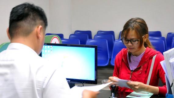 Lao động làm thủ tục hưởng trợ cấp thất nghiệp tại Trung tâm giới thiệu việc làm Đông Nam bộ