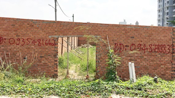 Những căn nhà xây sơ sài chỉ để lách quy định tách thửa nhằm chia nhỏ nền đất, đã làm ảnh hưởng đến chủ trương chung. Ảnh chụp tại dự án phân lô trên đường Nguyễn Xiển (quận 9, TPHCM).