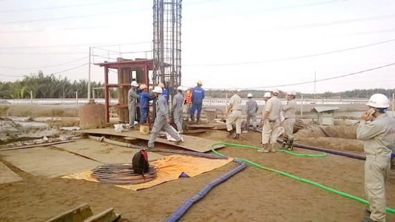 Công nhân thi công dự án cao tốc Bến Lức - Long Thành, đoạn qua huyện Cần Giờ, TP.HCM
