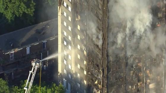 Lực lượng chức năng vẫn đang nổ lực dập lửa và tiếp cận bên trong tòa nhà. Ảnh: CNN