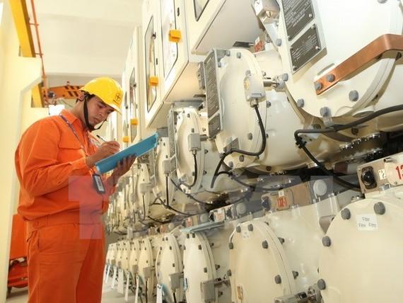 Công nhân Tổng công ty Điện lực thành phố Hà Nội kiểm tra kỹ thuật thiết bị trạm biến áp 220 Nhật Tân.