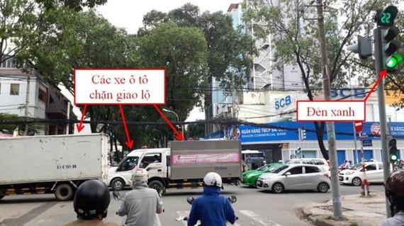 Kiểu lái xe nối đuôi nhau tại các ngã tư dễ dẫn đến tình trạng chặn giao lộ (ảnh chụp khi đèn đỏ tại giao lộ Điện Biên Phủ - Phạm Ngọc Thạch, TP.HCM)