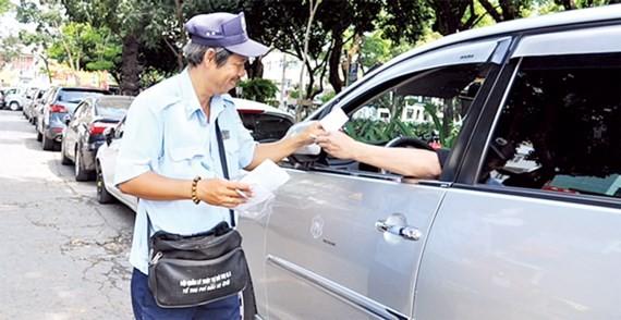 Thu phí đậu ô tô ở lòng đường tại quận 1, TPHCM.