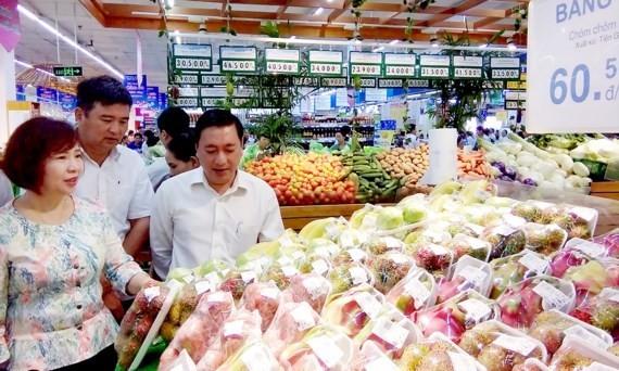 Hàng hóa nông sản được bán tại một siêu thị  0:00