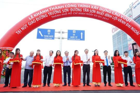 Thông xe cầu vượt 2 nút giao cửa ngõ sân bay Tân Sơn Nhất