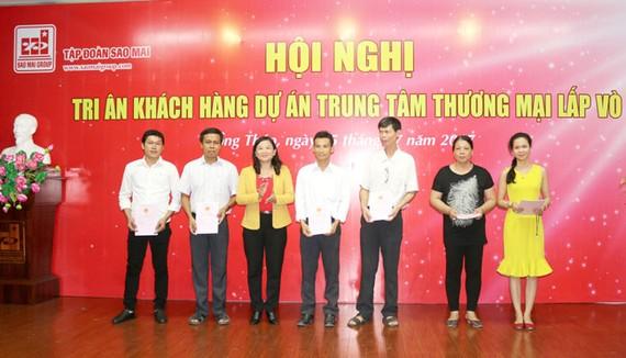 Bà Trương Thị Diệp - Phó Chủ tịch UBND huyện Lấp Vò trao giấy chứng nhận quyền sử dụng đất cho hộ dân