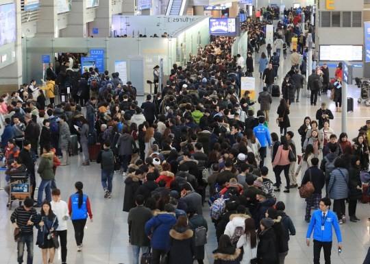 Sân bay quốc tế Incheon ở Seoul, Hàn Quốc, chật cứng du khách vào dịp Tết Nguyên đán 2017, khi Trung Quốc chưa cấm tour Hàn Quốc. Ảnh: YONHAP