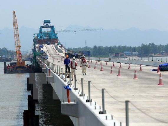 Trên công trường xây dựng cầu Tân Vũ-Lạch Huyện.