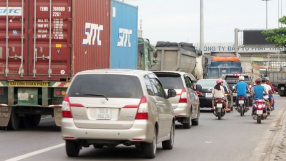 Xe cộ lưu thông qua quốc lộ 51 bị ùn ứ khi qua nút giao (ảnh chụp chiều ngày 11-7)