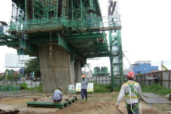 Xây trụ cầu metro xa lộ Hà Nội đoạn trên địa bàn quận 9