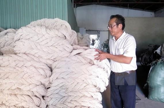 Kiểm tra chất lượng sản phẩm sợi polyester.