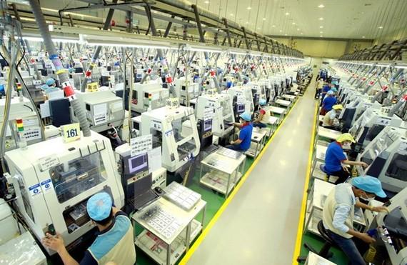 Dây chuyền sản xuất linh kiện điện tử tại Công ty trách nhiệm hữu hạn Bokwang Vina (Khu công nghiệp Điềm Thụy). (Ảnh: Hoàng Hùng/TTXVN)