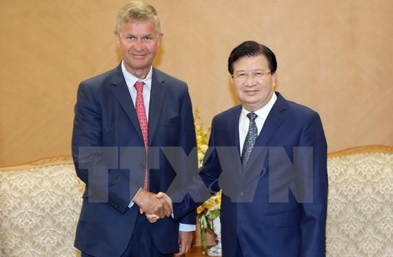 Phó Thủ tướng Trịnh Đình Dũng tiếp ông Erik Solheim, Giám đốc Điều hành Chương trình Môi trường Liên hợp quốc (UNEP). (Ảnh: Doãn Tấn/TTXVN)