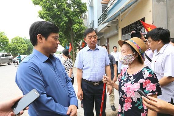 Ông Ngô Văn Quý - Phó Chủ tịch UBND TP Hà Nội cùng lãnh đạo Sở Y tế Hà Nội xuống thực địa tại quận Hà Đông