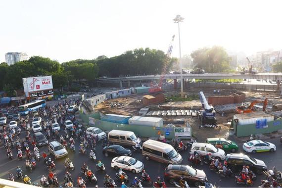 Công trình thi công cầu vượt nút giao thông Nguyễn Thái Sơn - Nguyễn Kiệm sẽ bị tạm đình chỉ thi công trong 2 tháng - Ảnh: HỮU THUẬN