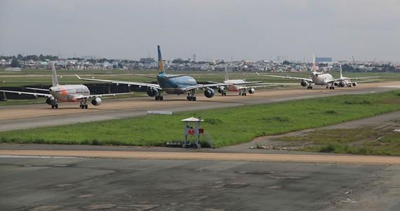 Máy bay xếp hàng chờ cất cánh ở sân bay Tân Sơn Nhất