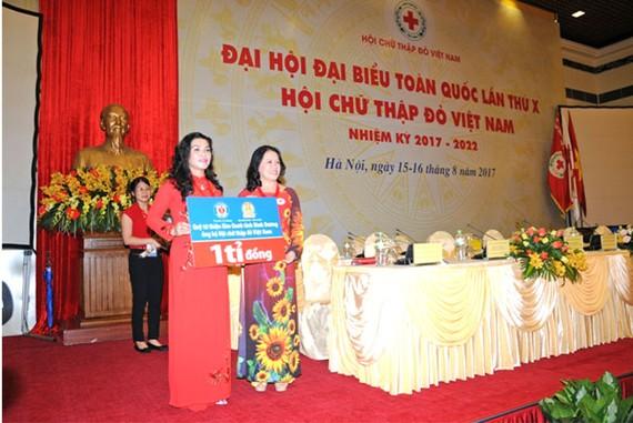 Bà Đặng Thị Kim Oanh, Tổng giám đốc Công ty cổ phần Địa ốc Kim Oanh, kiêm Chủ tịch Hội đồng Quản lý Quỹ Từ thiện Kim Oanh trao bảng biểu trưng 1 tỉ đồng cho bà Nguyễn Thị Xuân Thu, Chủ tịch Hội Chữ thập đỏ Việt Nam.