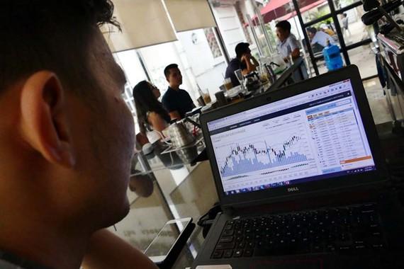 Một nhà đầu tư coin tại Q.3, TP.HCM theo dõi sàn giao dịch trên mạng