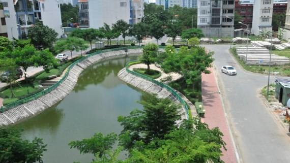 Hồ chứa nước mưa, tạo môi trường xanh trong một khu dân cư ở quận 7 (TPHCM)