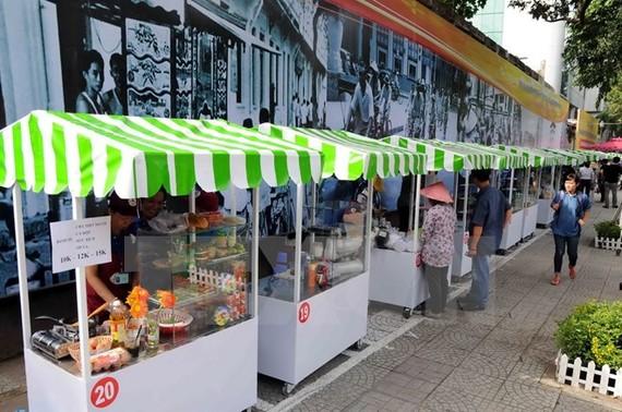 Các gian hàng tại phố ẩm thực hàng rong. (Ảnh: An Hiếu/TTXVN)