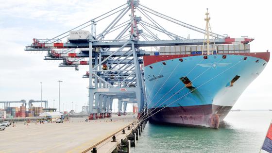 Tàu vào bốc dỡ hàng tại khu cảng Cái Mép - Thị Vải. Ảnh: CAO THĂNG