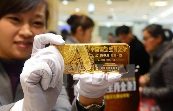 Giá vàng thế giới giảm xuống dưới mức 1.300 USD mỗi ounce