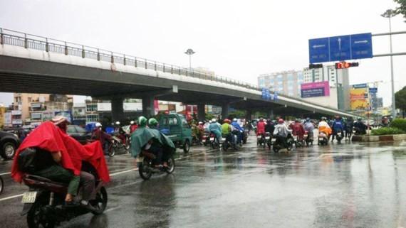 Ùn tắc giao thông thường xuyên diễn ra dưới cầu vượt Hàng Xanh trong khi trên cầu lại rất ít xe lưu thông