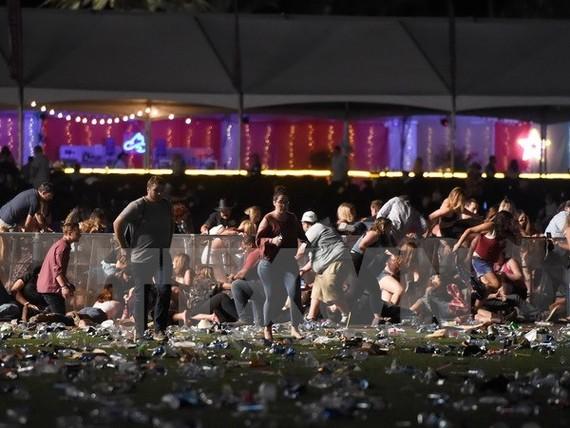 Các nạn nhân hoảng loạn tìm nơi trú ẩn trong vụ xả súng ở Las Vegas tối 1/10. (Nguồn: AFP/TTXVN)